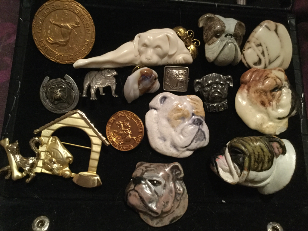 Assorted ladies brooches